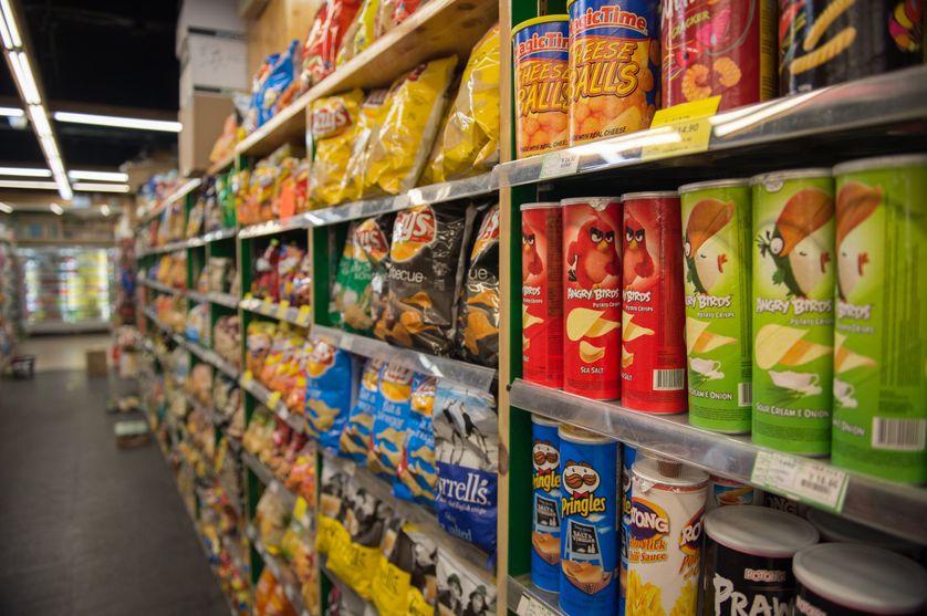 Un rayon de paquets de chips dans un supermarché