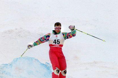 L'athlète Edgar Grospiron lors des Jeux Olympiques de 1992. Il a remporté la médaille d'or en Bosses