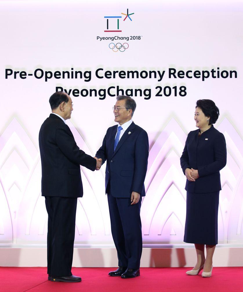 Poignée de main entre le Chef de l'Etat nord-coréen (g) et le président sud-coréen (d)