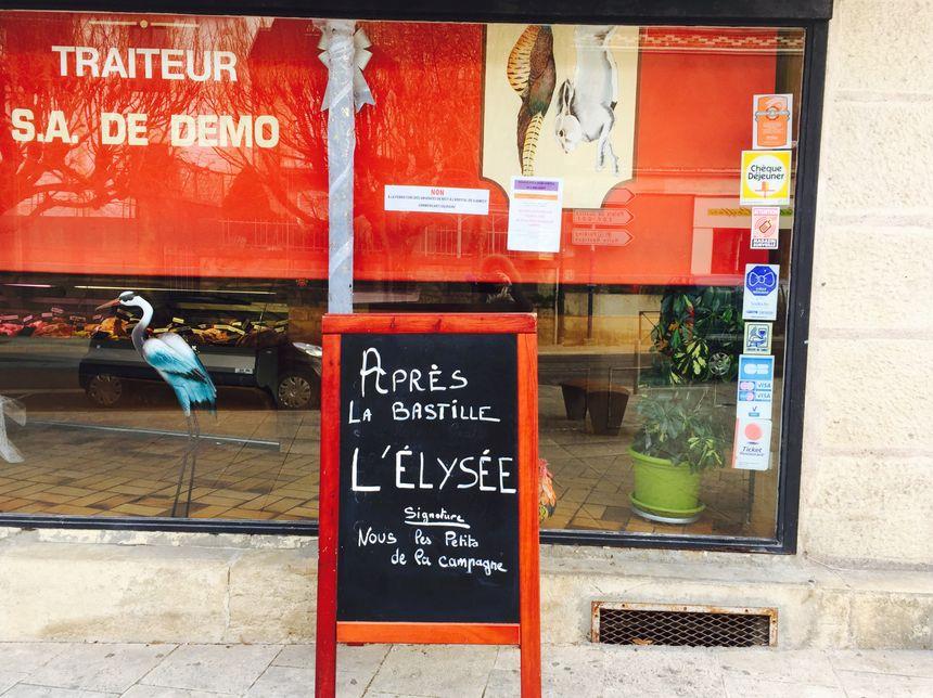 """Lors du défilé, les commerçants de Clamecy ont fermé boutique comme M. Lièvre boucher charcutier qui affirme """"on a le droit de mourir la nuit, mais pas le jour ?"""""""