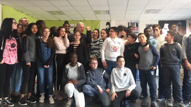 Les élèves du collège Costa Gavras posent avec le réalisateur que certains rencontrent pour la première fois.