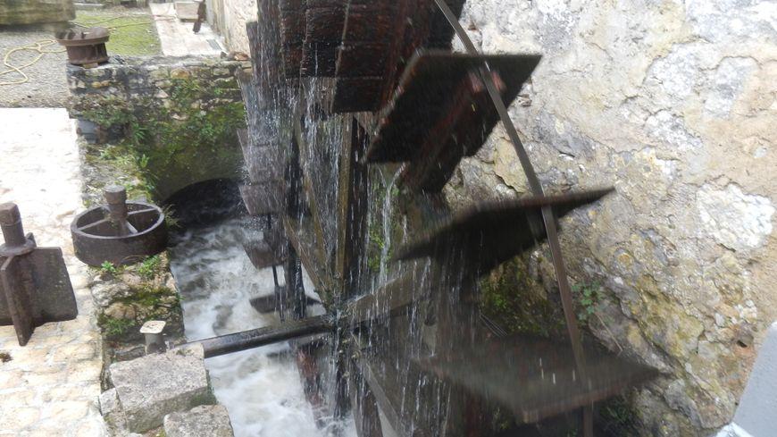 La roue à aube du Moulin de la Chaume sur le Bandiat à St Germain de Montbron