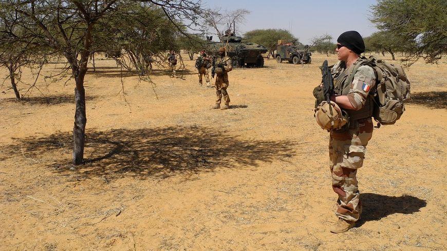 Des soldats français patrouillent dans le centre du Mali le 1er novembre 2017.