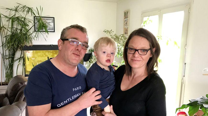 Julien et Anne-Sophie Fouquer, avec leur petit garçon de trois ans, Léo.