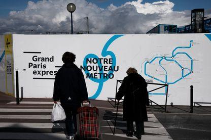 Une palissade indique la construction d une nouvelle station de metro dans le cadre du projet Grand Paris Express