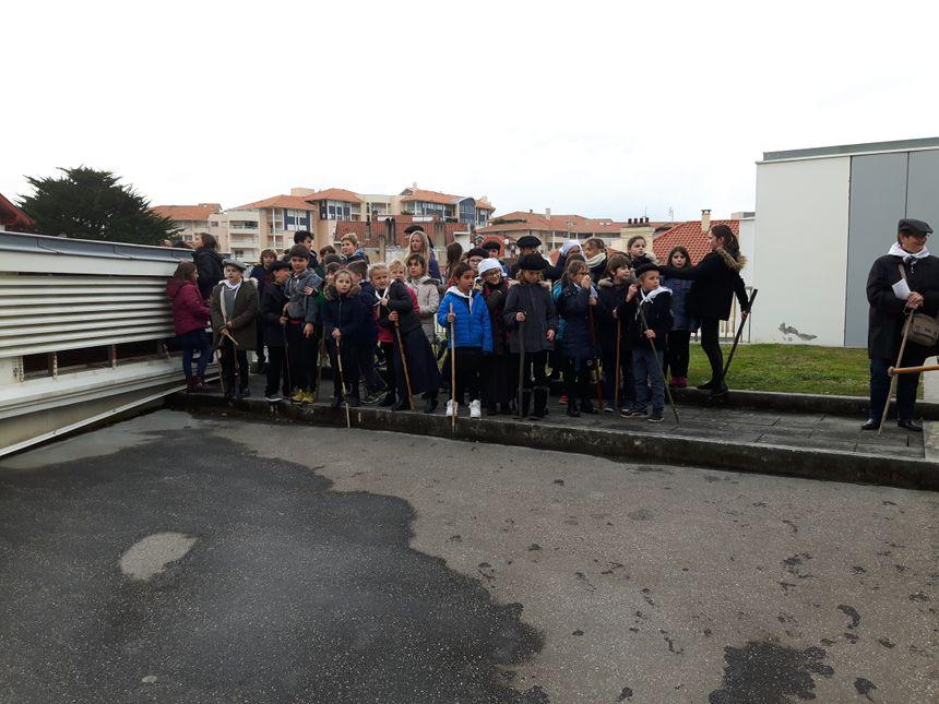 Les enfants parcourent les rues en frappant le sol, de leur bâton