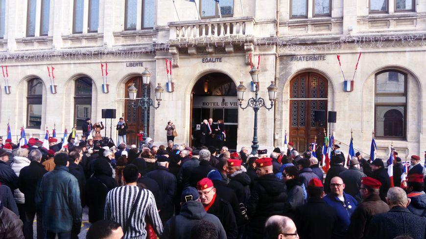Hommage devant l'hôtel de ville de Valence