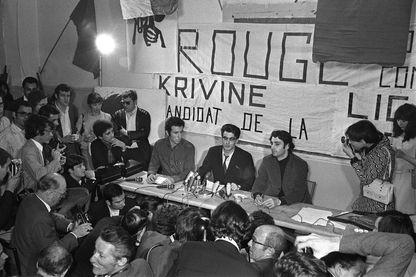 Henri Weber (à droite d'Alain Krivine, au centre) en mai 1968 aux JCR
