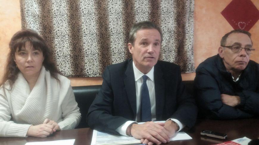 Nicolas Dupont-Aignan, entouré de Sophie Lavier (gauche) secrétaire départementale de Debout la France dans le Puy-de-Dôme et Jean-Pierre Faurie (droite) secrétaire départemental du parti en Corrèze.