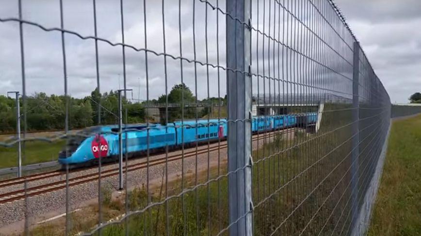 Le passage d'un TGV, à Marsas, vu du jardin d'un riverain