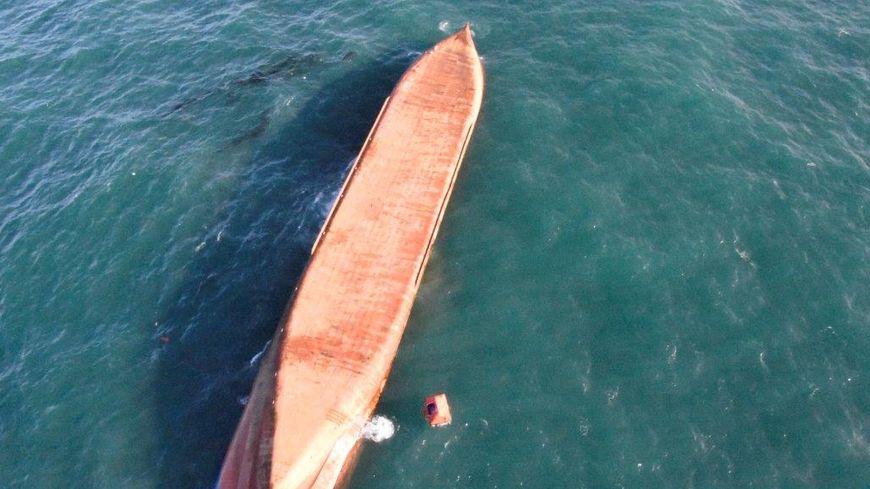 Le cargo Britannica Hav  s'est retourné et présente une brèche sur son flanc gauche, en son milieu.