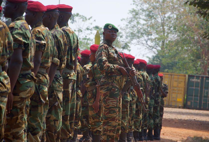 D'anciens rebelles désormais intégrés à l'armée régulière participent à une cérémonie officielle à Bangui le 5 février 2018
