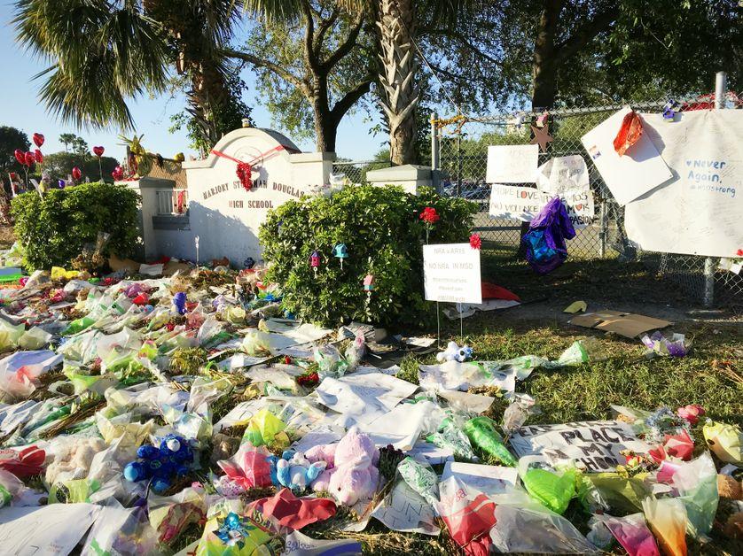 L'entrée du lycée Marjory Stoneman Douglas, de Parkland, en Floride, à une centaine de kilomètres au nord de Miami, le lieu de la tuerie du 14 février 2018