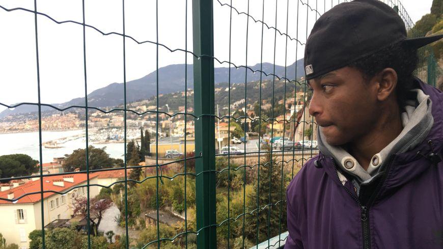 Haftom, un migrant erythréen, au poste de police de Menton
