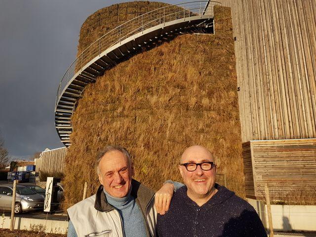 Denis Cheissoux et Emmanuel Druon devant la « cuve poilue » (végétalisée) de l'entreprise Pocheco dans le Nord