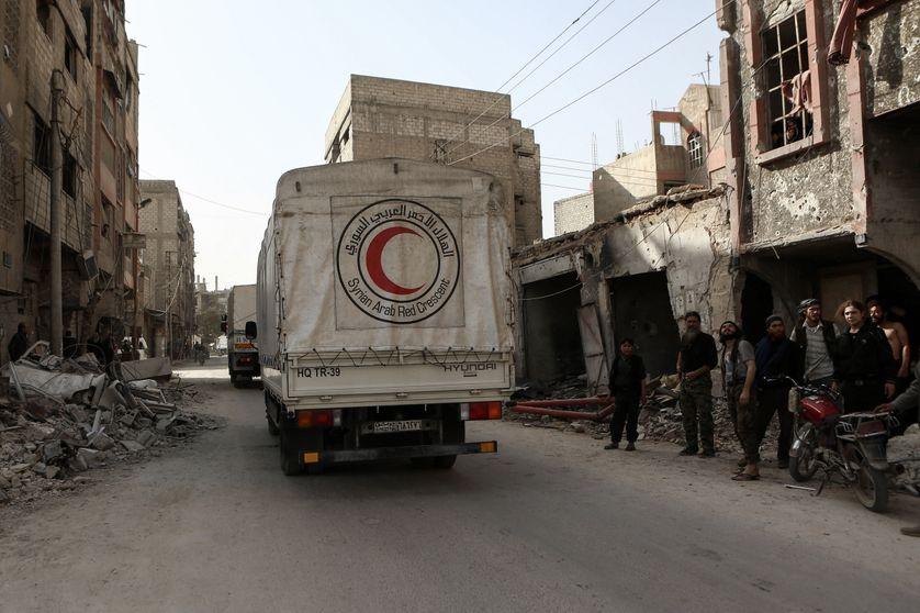 Un camion humanitaire du Croissant-Rouge arabe syrien quitte Douma (Ghouta orientale), ce lundi