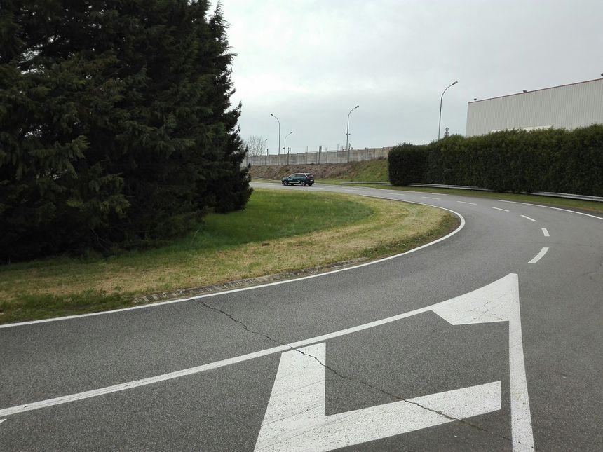 La première voiture de tête est partie. Le signal peut être reçu entre 100 et 800 m par la voiture suiveuse