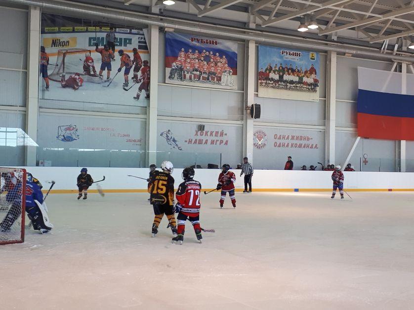 """Le sport à l'honneur sous Poutine. Des enfants jouent au hockey au centre de la culture physique d'Ardatov. Sous le slogan """"Quand tu protèges les portes (du hockey), tu protèges ta patrie"""""""