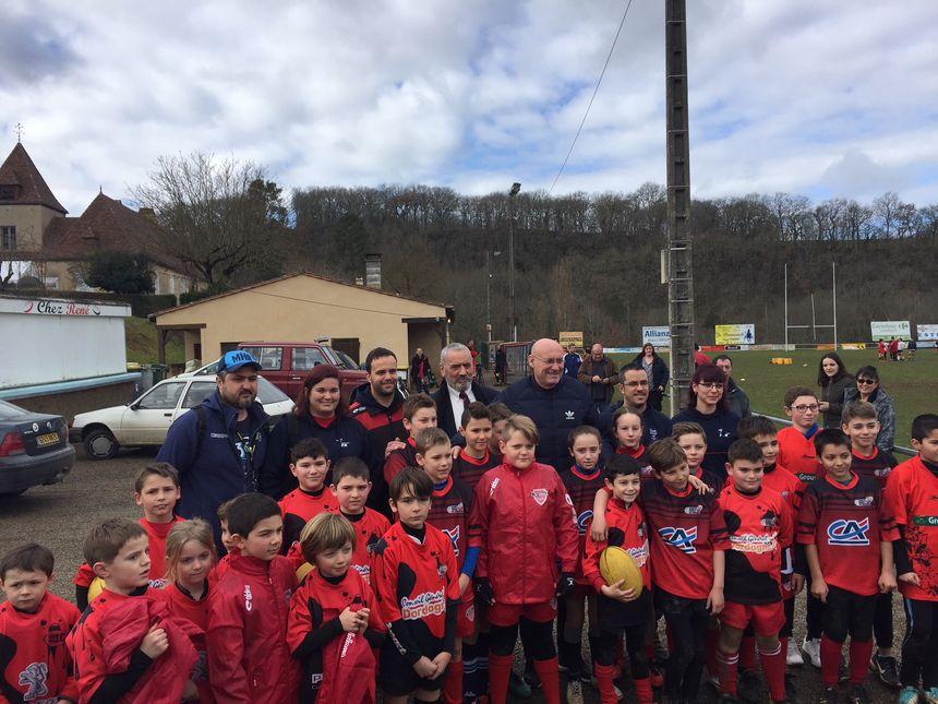 Bernard Laporte entouré par les joueurs du club de Cénac et Saint-Julien