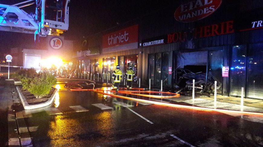 Les pompiers ont empêché le feu de s'étendre aux commerces voisins de la boucherie 'Etal Viandes' (à droite)