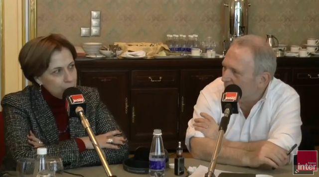 Zoia Svetova, militante pour les droits de l'Homme, aux côtés de Bernard Guetta dans le studio de France Inter à Moscou