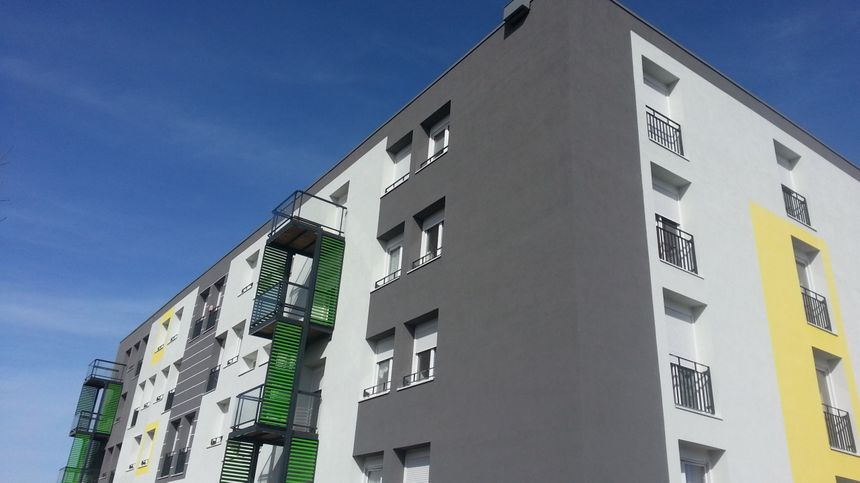 On repère à peine le nichoir à chauves-souris, installé sur ce foyer logement pour personnes âgées, entièrement rénové et isolé.(en haut à droite)