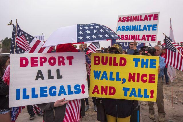 Manifestants pro-mur et pro-Trump à l'occasion de la visite de Trump