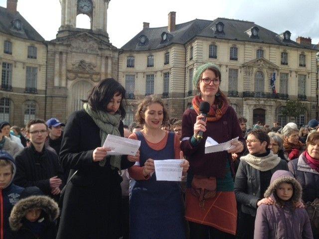 Les organisatrices de ce projet de chorale en plein air : de gauche à droite, Anaïs, Corinne et Perrine, félicitant les participants