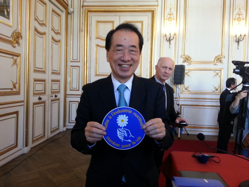 A l'Hôtel de ville de Strasbourg, les militants écologistes alsaciens ont offert à Naoto Kan un autocollant collector