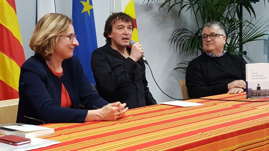 """Le chanteur catalan Cali s'est vu décerner, vendredi16 mars, le prix Méditerranée Roussillon, pour son premier roman """"Seuls les enfants savent aimer""""."""
