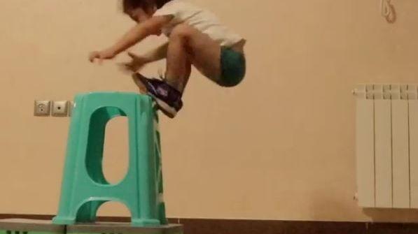 Arat Hosseini essaie une dizaine de fois de sauter sans élan sur ce tabouret