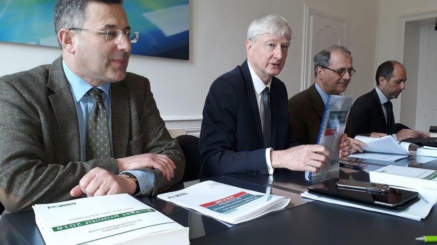 Dominique Le Mener, le président du Conseil départemental de la Sarthe et Fabien Lorne, président de la commission des finances présentent aux médias le budget primitif 2018