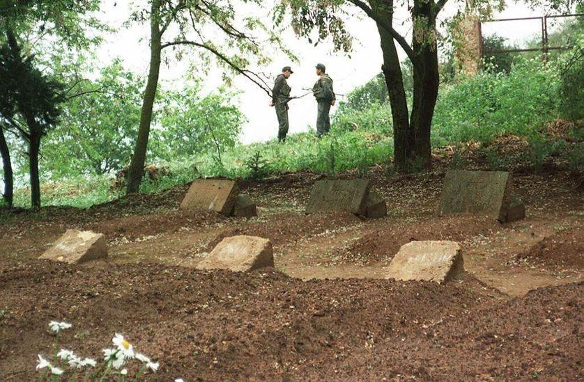 Les tombes des sept moines français, à Tibhirine (Algérie), le 21 mai 1997