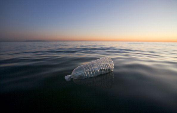 Une bouteille de plastique flottant dans l'Océan Pacifique à Santa Monica (Californie/USA)