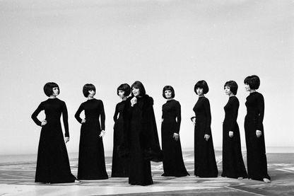 """La chanteuse Juliette Gréco, interprète de la chanson """"Déshabillez-moi"""", accompagnée de sosies sur le plateau de l'émission 'Show Chazot', le 10 février 1968"""