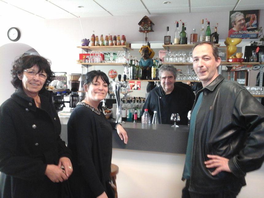 Sylvie, Sabrina, Nono et Florent... Le Café du Centre, c'est l'histoire d'une grande famille qui ne demande qu'à s'agrandir encore!