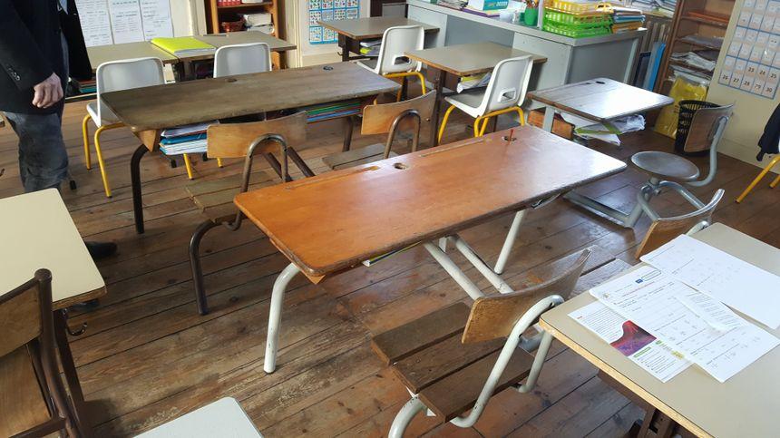 Les tables d'écoliers d'antan sont encore là.