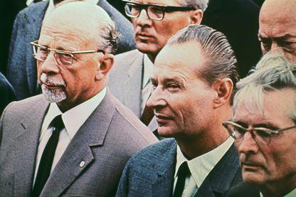 Le chef de la réforme tchèque Alexander Dubček (au centre) accueille le 12 juin 1968 Walter Ulbricht (à gauche), chef communiste de l'Allemagne de l'Est, à Karlovy Vary, pour lui assurer que la démocratie pourrait s'épanouir aux côtés du communisme.