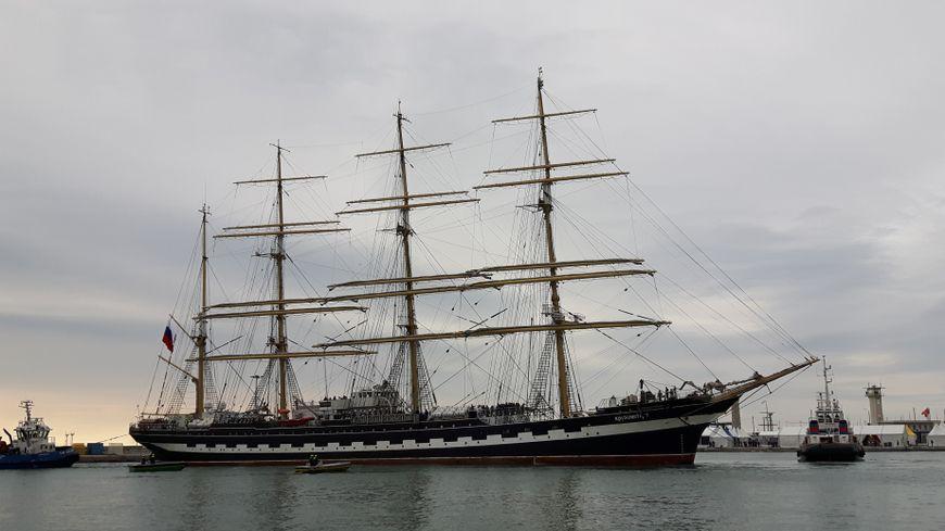 Le Kruzenshtern fait son entrée dans le port de Sète.