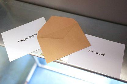Les votes de François Fillon et Alain Juppé présentés lors des élections primaires de la droite avant les élections présidentielles de 2017, le 27 novembre 2016 à Paris.