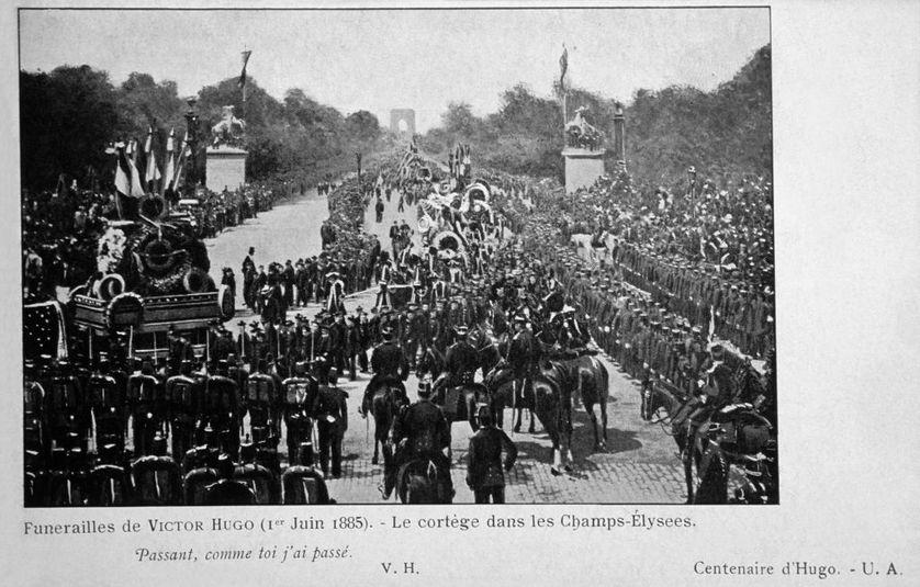Photographie du cortège funéraire de Victor Hugo sur l'avenue des Champs-Elysées, le 1er juin 1885, à Paris.   - Getty
