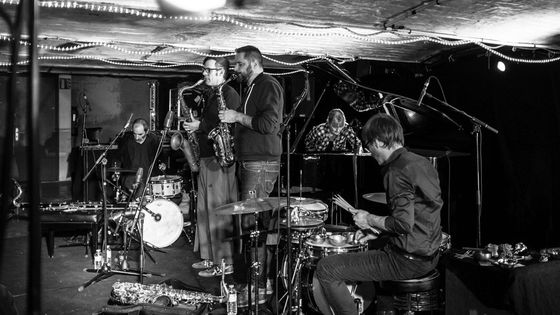 Didier Lassere (batterie) / Keefe Jackson (saxophone) / Dave Rampis (saxophone) / Christine Wodracska (piano) / Peter Orins
