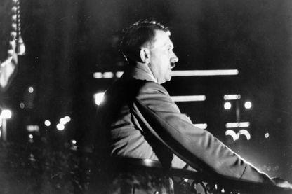 Hitler lors d'un discours depuis la mairie d'hambourg