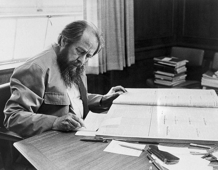 Alexandre Soljenitsyne prenant des notes à l'université de Stanford