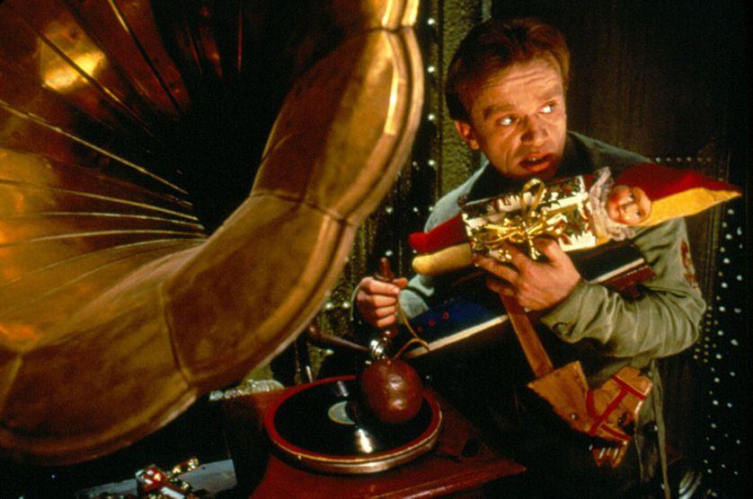 Un gramophone manié par l'acteur Dominique Pinon dans la Cité des Enfants perdus, film de Jean-Pierre Jeunet et Marc Caro (1995)