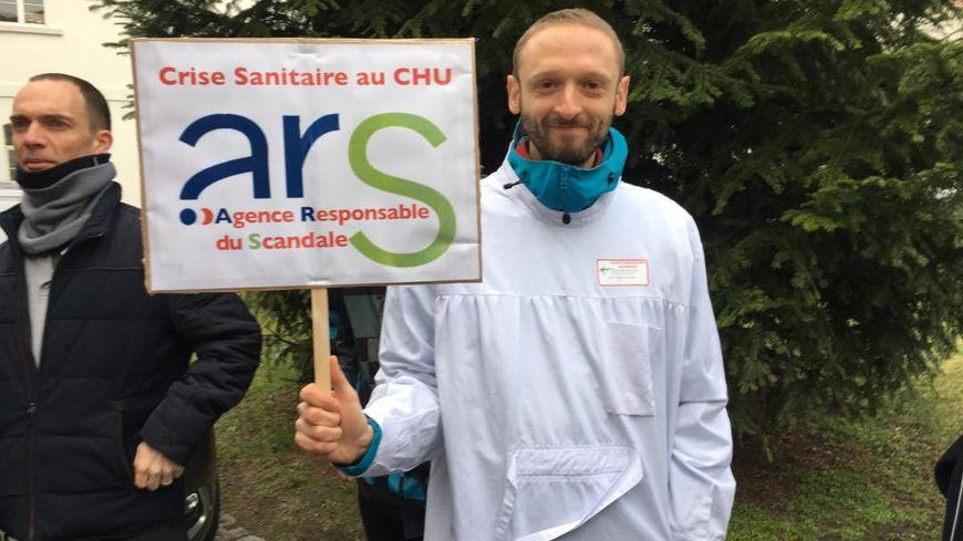Un médecin manifestant devant l'ARS à Strasbourg ce lundi 26 mars