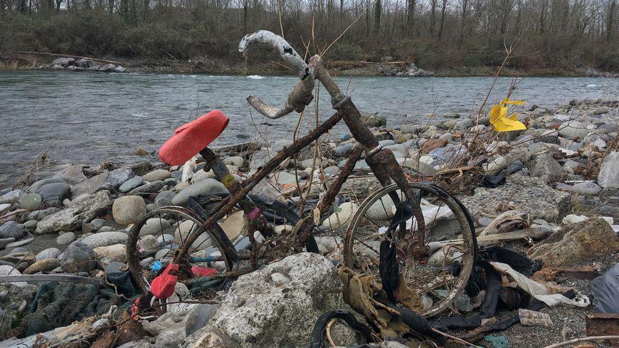 Un vélo échoué sur les rives du gave de Pau