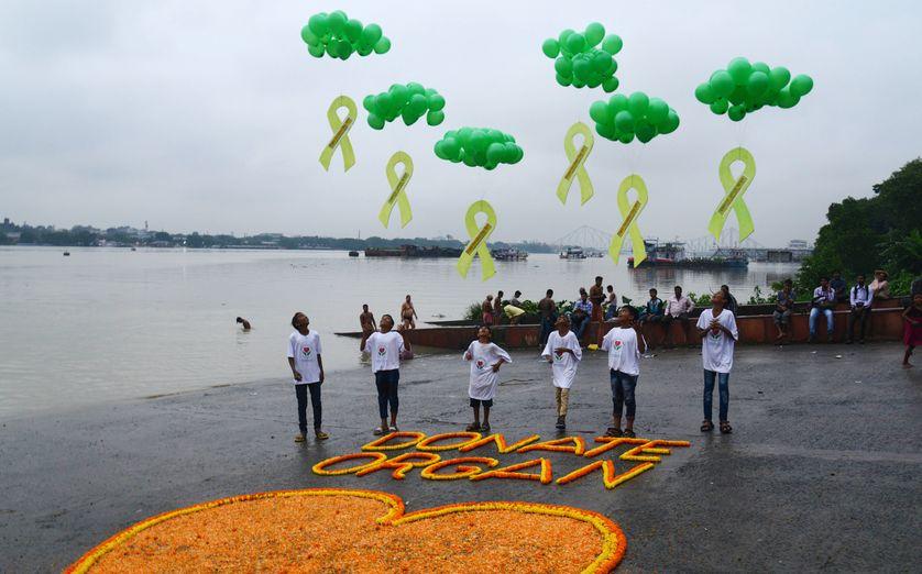 Des bénévoles lâchent des ballons dans le ciel pour sensibiliser la population au don d'organe, Calcutta, Inde, 2017
