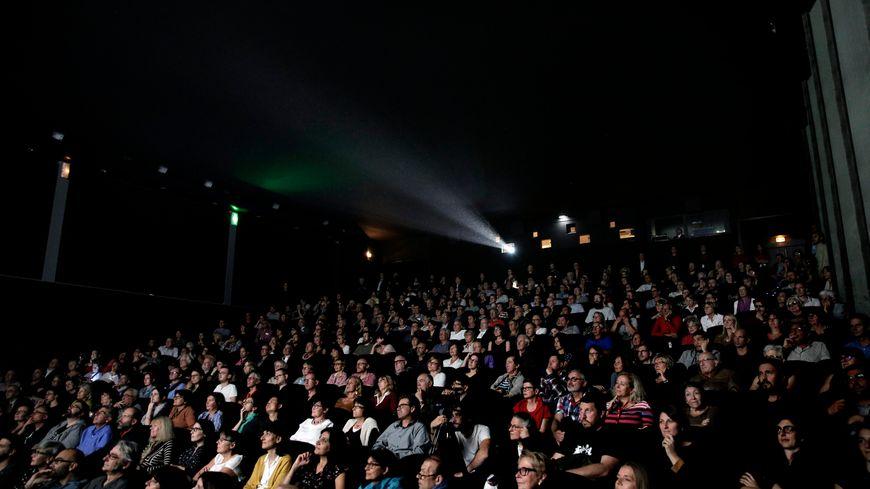 Des spectateurs pendant une projection