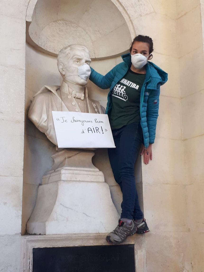Des masques anti-pollution sur les statues du Parc Longchamps à Marseille.